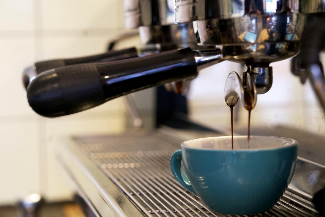 Espresso läuft in die Tasse im Playground Coffe St. Pauli