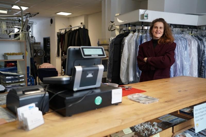 Melanie Beßler von der St. Pauli Textilreinigung