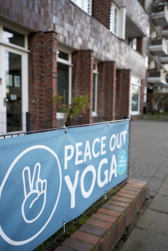 Peace Out Yoga von draußen im Human Posture Blog