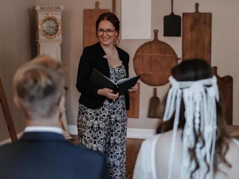 Traurednerin Andrea Ebert von der Traurederei vor dem Brautpaar