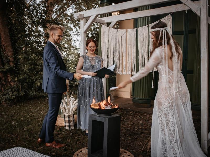 Traurednerin Andrea Ebert von der Traurederei Paar am Feuer